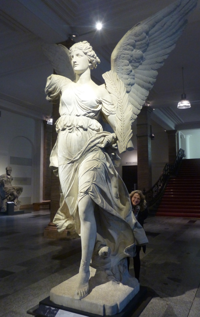 gjemt bak engel